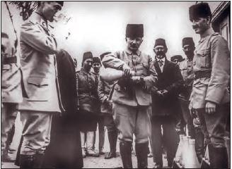 Medine'deki su kaynaklarını ıslah eden Fahrettin Paşa halka su dağıtırken