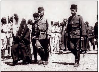 Hicaz Komutanı Fahrettin (Türkkan) Paşa Osmanlı askerlerini denetliyor, Medine, 1917